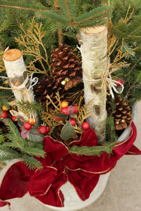 Cheap Outdoor DIY Christmas Decoration for $10. Frugal Holiday Decorating idea. #diy #diychristmasdecortion #diyoutdoorchristmasdecoration #upcycle #decorate #forthehome #homeholidaydecorating