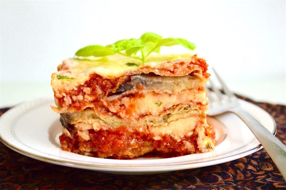 Eggplant Parmigiana Vegetarian Dish #pasta #vegetarian #vegetarianrecipe #meatlessmonday #meatless #italianrecipe #dinner #dinnertime #dinnermeal #eggplant #vegetable