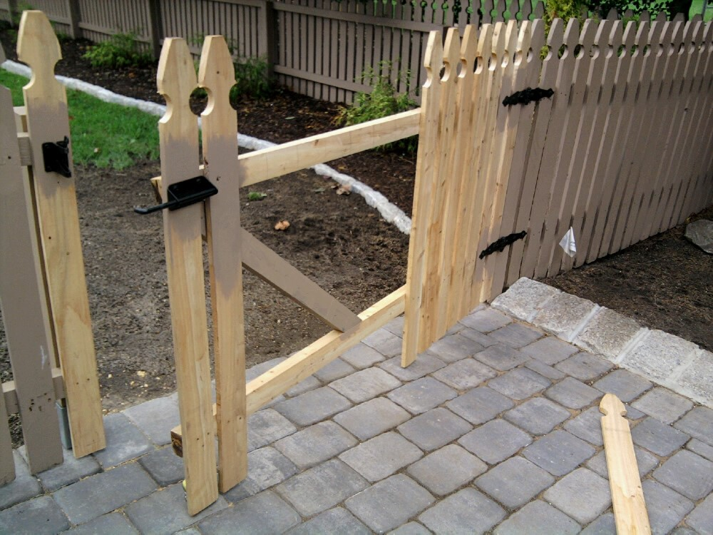 11 Steps to installing your own white picket fence #diy #fence #woodworking #building #diyproject #outdoordiyproject #diyoutdoorproject #whitepicketfence #doityourself