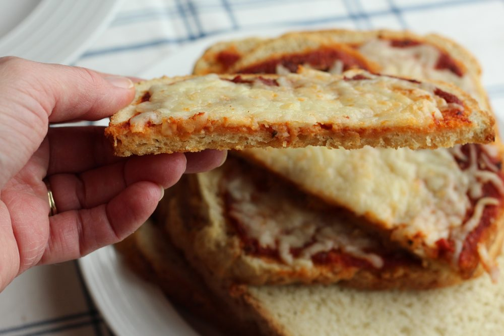Delicious Breadmaker Bread Toast Pizza recipe made with pizza bread as the crust. A super tasty pizza recipe for family pizza night.